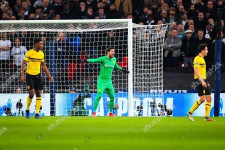 Roman Burki (01) of Borussia Dortmund shouts instructions from his goal