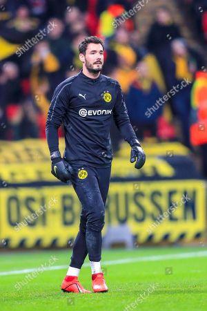 Roman Burki (01) of Borussia Dortmund warms up