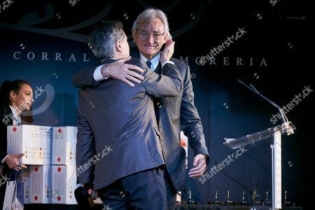 Inaki Gabilondo receives from Luis del Olmo the