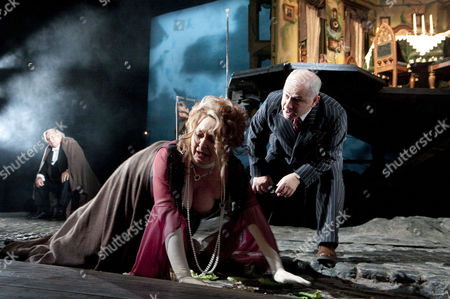Sandra Duncan (Sybil Birling), Nicholas Woodeson (Inspector Goole) with (rear) David Roper (Arthur Birling)