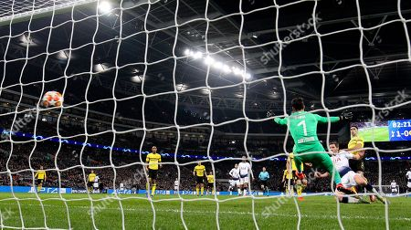 Jan Vertonghen of Tottenham Hotspur  scores the 2nd goal past Roman Burki of Borussia Dortmund