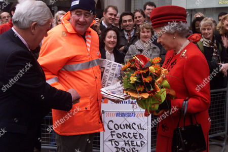 Her Majesty The Queen Buys A Copy Of Todays Evening Standard From Vendor Charlie Paul In Holborn London Today (wednesday 18th November 1998) During Her Tour Of Financial Institutions In The City. Michael Stoddart Chairman Of Electra Investment Trust Discreetly Paid The 35p. . Rexmailpix.