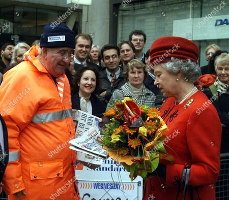 Her Majesty The Queen Buys A Copy Of Todays Evening Standard From Vendor Charlie Paul In Holborn London Today (wednesday 18th November 1998) During Her Tour Of Financial Institutions In The City. . Rexmailpix.