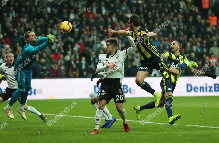 Besiktas' goalkeeper Loris Karius (L) and teammate Dorukhan Tokoz (C) in action against Fenerbahce's Roberto Soldado (R)  during the Turkish Super League soccer match between Besiktas and Fenerbahce in Istanbul, Turkey, 25 February 2019.