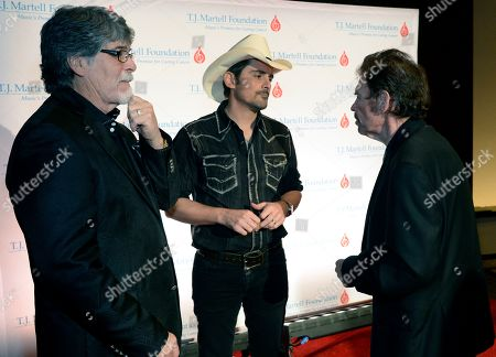 Randy Owen and Jeff Cook of Alabama chat with Brad Paisley (center)
