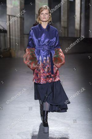 Hanne Gaby Odiele on the catwalk