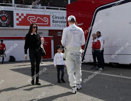 01.03.2019, Circuit de Catalunya, Barcelona, Formula 1 Testfahrten 2019 in Barcelona  ,  Kimi Raikkonen (FIN#7), Alfa Romeo Racing and seiner wife Minttu and son Robin