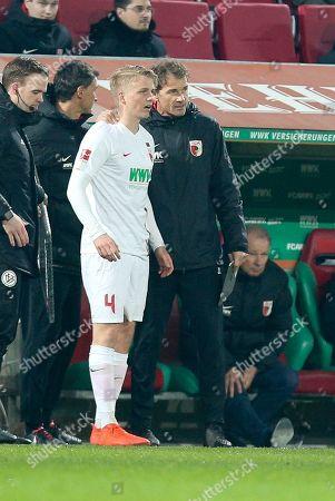 Felix Goetze #4 (FC Augsburg) bekommt Aneisungen of  Co-Tainer Jens Lehmann (FC Augsburg) vor seiner substitution, FC Augsburg vs. Borussia Dortmund, Football, 1.Bundesliga, 01.03.2019, DFL REGULATIONS PROHIBIT ANY USE OF PHOTOGRAPHS AS IMAGE SEQUENCES AND/OR QUASI-VIDEO
