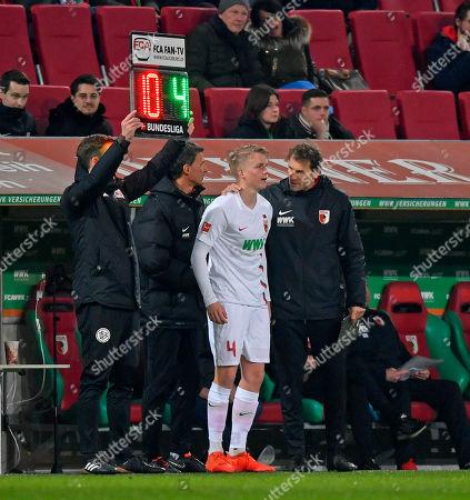 01.03.2019, Football 1. Bundesliga 2018/2019, 24.  match day, FC Augsburg - Borussia Dortmund, in WWK-Arena Augsburg. substitution Felix Goetze (FC Augsburg), re: Co-Trainer Jens Lehmann (Augsburg).