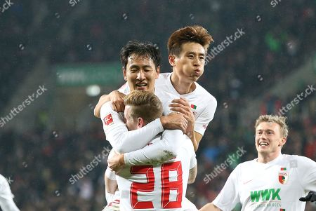 Andre Hahn #28 (FC Augsburg), Dong Won Ji #22 (FC Augsburg), Ja-Cheol Koo #19 (FC Augsburg)  1:0, FC Augsburg vs. Borussia Dortmund, Football, 1.Bundesliga, 01.03.2019, DFL REGULATIONS PROHIBIT ANY USE OF PHOTOGRAPHS AS IMAGE SEQUENCES AND/OR QUASI-VIDEO