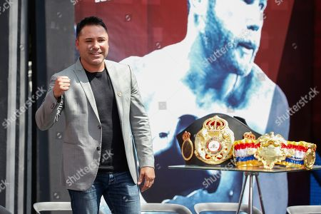 Retired Mexican boxer and Golden Boy Promotions, Inc. founder Oscar De La Hoya, pumps his fist during a pre-fight press conference in Mexico City, . WBC and WBA middleweight world champion Canelo Alvarez (50-1-2, 34 KOs), and IBF middleweight world champion Daniel Jacobs (35-2, 29 KOs) meet in a 12-round unification bout in Las Vegas, Nevada, on Saturday May, 4, 2019
