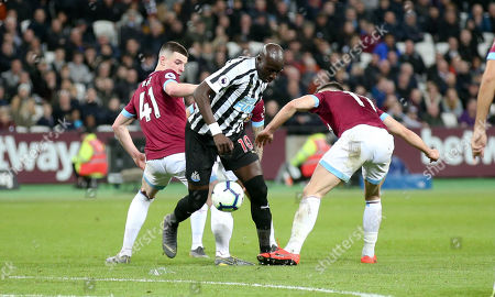 Mohamed Diame of Newcastle United  tries to wriggle his way past Declan Rice of West Ham & Robert Snodgrass of West Ham