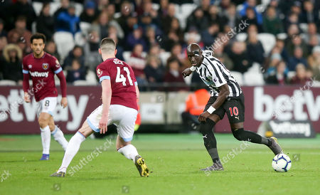 Mohamed Diame of Newcastle United  (R) with Declan Rice of West Ham