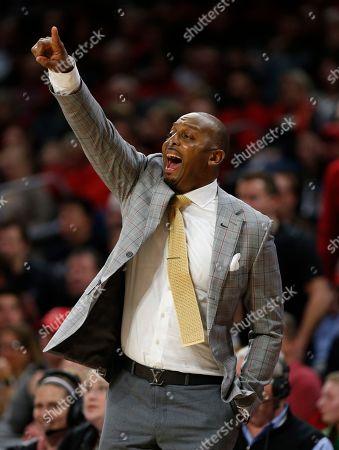 Memphis head coach Penny Hardaway gives instruction to his team during the second half of an NCAA college basketball game against Cincinnati, in Cincinnati. Cincinnati won 71-69