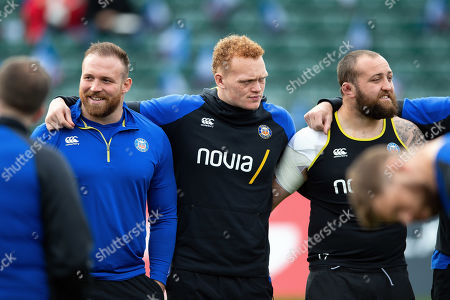 Henry Thomas, Miles Reid and Tom Dunn of Bath Rugby look on in a huddle prior to the match