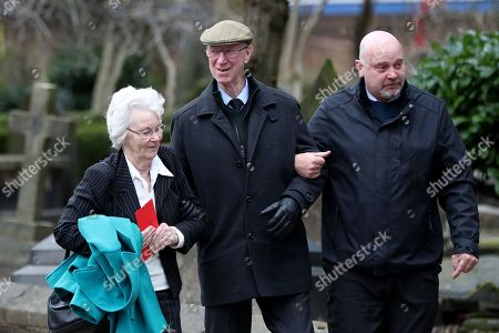 Illustration libre de droits de Jack Charlton and his wife Pat Kemp make their way into Stoke Minster prior to the funeral service of Gordon Banks
