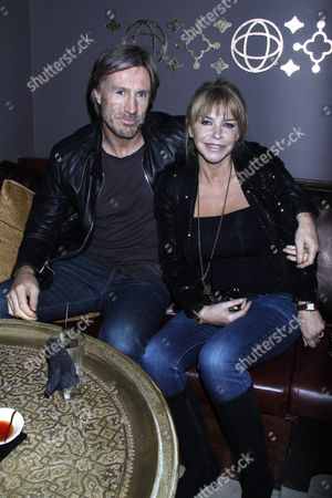 lee chapman and Leslie Ash at their restaurant in clapham high street 8-10-09 photographer/ james curley