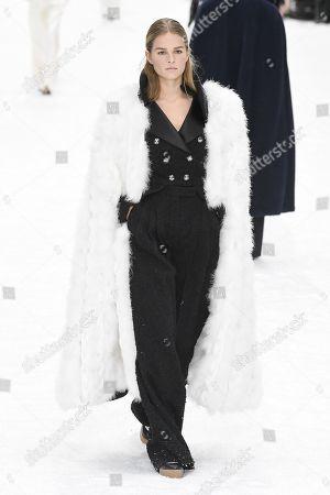 Anna Ewers on the catwalk