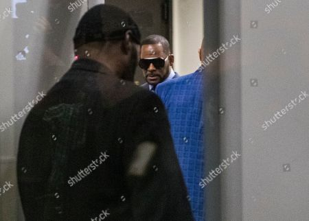 US R& B singer R. Kelly (C) arrives for a child support hearing at the Cook County Circuit Court at the Daley Center in Chicago, Illinois, USA 06 March 2019. Kelly, who faces criminal sexual abuse charges, has failed to pay more than 161,000 USD in back child support. He was taken into custody to be returned to the Cook County Jail after failing to pay the full amount he owes.