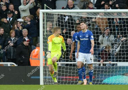 Jordan Pickford of Everton (left) berates Yerry Mina and Michael Keane after conceding a third goal