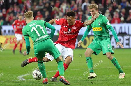 Mainz's Karim Onisiwo (C) between Moenchengladbach's Oscar Wendt (L) and Christoph Kramer in action during the German Bundesliga soccer match between FSV Mainz 05 and Borussia Moenchengladbach, in Mainz, Germany, 09 March 2019.