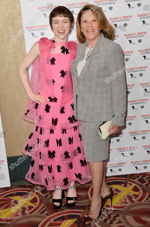 Sophia Lillis and Linda Lavin
