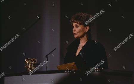 Jean Simmons announces BAFTA Best Actor award for Anthony Hopkins in The Silence of the Lambs.