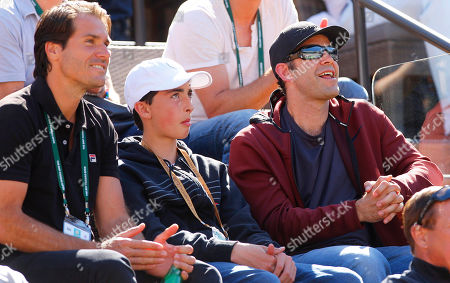 Pete Sampras and his son next to Tommy Haas, watch Roger Federer of Switzerland in action