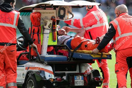 Italy vs France. Italy's Leonardo Ghiraldini goes off injured