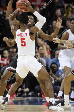 Cincinnati's Keith Williams defends against Houston's Corey Davis Jr. in the first half of an NCAA college basketball American Athletic Conference championship game, in Memphis, Tenn