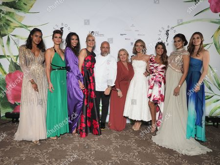 Le chef Frederic Anton pose avec Chloe Mortaud, Elodie Gossuin, Melody Vilbert, Corinne Coman, Vaimalama Chaves Miss France 2019, Sophie Thalmann, Sylvie Tellier, Valerie Damidot, Karine Ferri