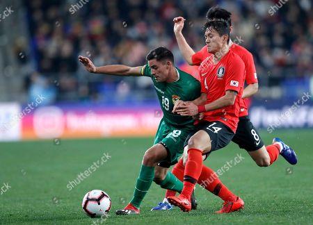 Leonardo Vaca Gutierrez (L) of Bolivia in action against Hong Chul (C) and Ju Se-jong (R) of South Korea during an international friendly soccer match between South Korea and Bolivia at the Ulsan Munsu Football Stadium in Ulsan, South Korea, 22 March 2019. South Korea won 1 to 0.
