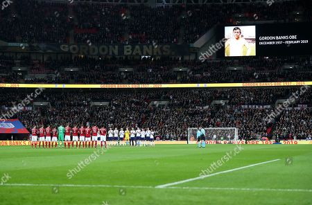 The players line up in appreciation for Gordon Banks.