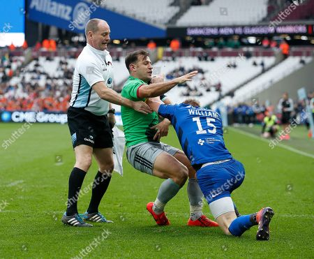 Danny Care of Harlequins and Liam Williams of Saracens fighting in he 2nd half, both were given a yellow card, Roy Maybank the touch judge seperates them
