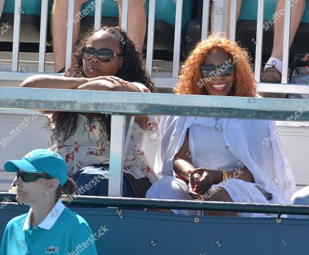 Sister Isha Price and Oracene Price watching her daughter Venus Williams of the United States in action against Carla Suarez Navarro of Spain