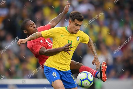 Brazil's player Phillipe Coutinho (R) fights for the ball with Panama?s player Armando Cooper (L) during their friendly soccer match held at Dragao stadium in Porto, Portugal, 23 March 2019.