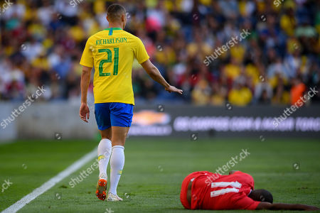Brazil's player Richarlison (L) and Panama?s player Armando Cooper (R) during their friendly soccer match held at Dragao stadium in Porto, Portugal, 23 March 2019.