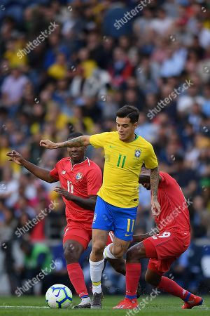 Brazil's player Phillipe Coutinho (C) fights for the ball with Panama?s players Armando Cooper (L) and Alberto Quintero (R) during their friendly soccer match held at Dragao stadium in Porto, Portugal, 23 March 2019.