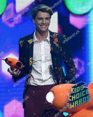 """Jace Norman accepts the award for favorite male TV star for """"Henry Danger"""" at the Nickelodeon Kids' Choice Awards, at the Galen Center in Los Angeles"""