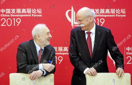 Daimler CEO Dieter Zetsche (R) and Columbia University Professor Joseph Stiglitz (R) speak during the China Development Forum in Beijing, China, 24 March 2019.