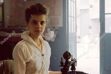 Juli Jakab as Irisz Leiter