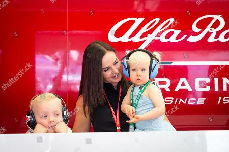 Motorsports: FIA Formula One World Championship 2019, Grand Prix of Bahrain,  Minttu Virtanen and their child