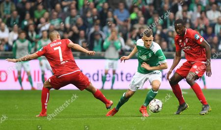 Bremen's Maximilian Eggestein (C) in action against Mainz´s Robin Quaison (L) during the German Bundesliga soccer match between SV Werder Bremen and 1. FSV Mainz 05 in Bremen, Germany, 30 March 2018.