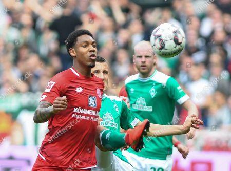 Bremen's Maximilian Eggestein (C) in action against Mainz's Jean-Paul Boetius (L) and Aaron (R) during the German Bundesliga soccer match between SV Werder Bremen and 1. FSV Mainz 05 in Bremen, Germany, 30 March 2018.