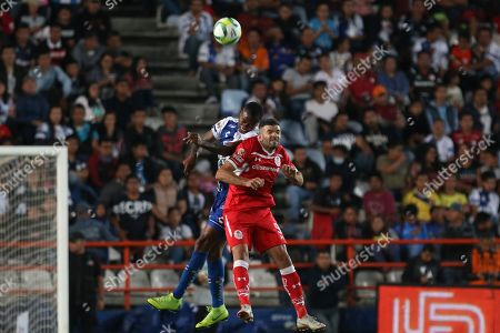 Pachucas' Jaine Barreiro (L) vies for the ball with Emmanuel Gigliotti (R) of Toluca during a match of the Mexican league held at the Hidalgo stadium in Pachuca, Mexico, 30 March 2019.