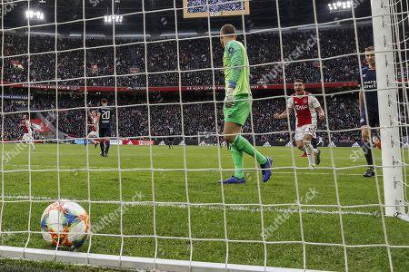 Daley Blind of Ajax, Frenkie de Jong of Ajax, Trent Sainsbury of PSV, PSV goalkeeper Jeroen Zoet, Dusan Tadic of Ajax, Daniel Schwaab of PSV