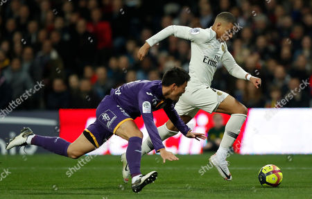 Paris Saint Germain's Kylian Mbappe (R) and Toulouse FC's Gen Shoji (L) in action during the soccer ligue 1 match between Paris Saint Germain and Toulouse FC, Toulouse Southern France, 31 March 2019.