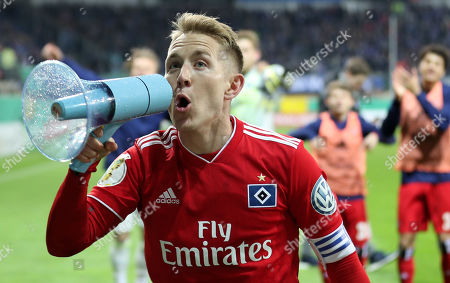 Hamburg's Lewis Holtby celebrates after winning the German DFB Cup quarter final soccer match between SC Paderborn and Hamburger SV in Paderborn, Germany, 02 April 2019.