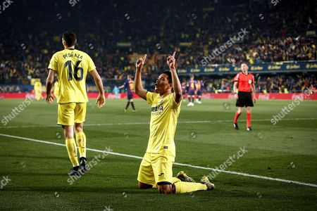 Villarreal's Colombian striker Carlos Bacca (R) celebrates after scoring the fourth goal during a Spanish LaLiga soccer match between Villarreal CF and FC Barcelona played at the Ceramica Stadium in Villarreal, eastern Spain, 02 April 2019.