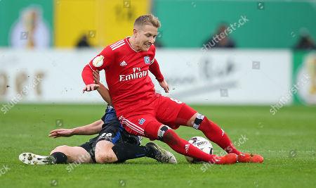 02.04.2019, Football DFB Pokal 2018/2019,   SC Paderborn 07 - Hamburger SV, in Benteler-Arena Paderborn. (L-R) Sebastian Vasiliadis (SC Paderborn 07)  -  Lewis Holtby (Hamburg)